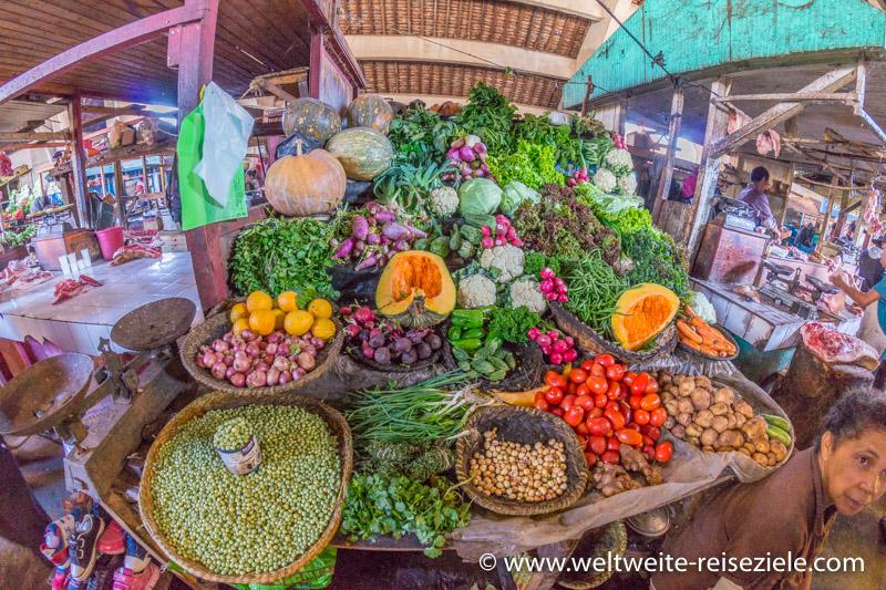 Bunter Gemüsestand in der Markthalle von Antsirabe