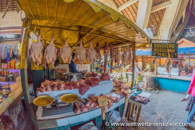 Metzger in einer Markthalle, Madagaskar
