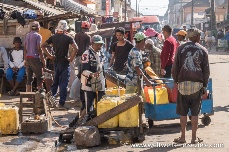 Wasserverkäufer füllt seine Kanister auf, Hauptstrasse in Antsirabe