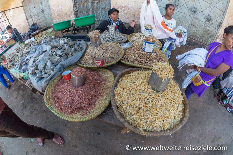 Stand an der Strasse mit getrocknetem Fisch und Garnelen, Madagaskar