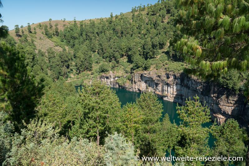 Kratersee Lac Tritriva zwischen Kiefern