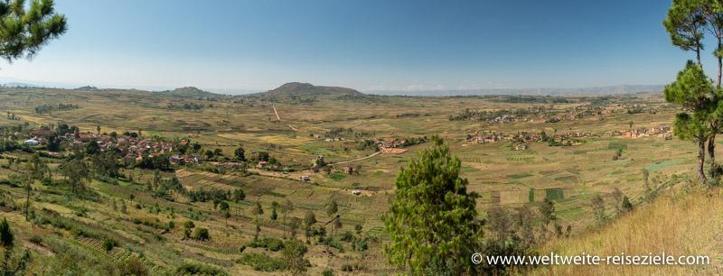Panorama, Umland des Kratersees Lake Tritriva mit Reisfeldern und Anfahrtsstrasse von Antsirabe