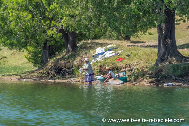Frauen beim Wäschewaschen am Lake Andraikiba