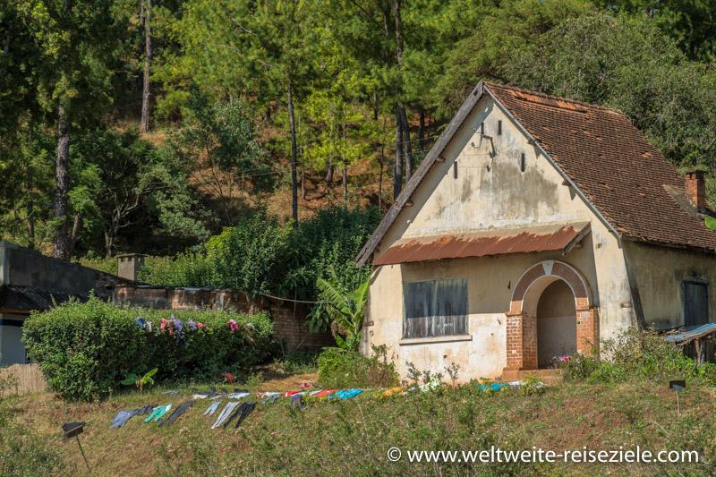 Madagassisches Haus mit trocknender bunter Wäsche am Lac Andraikiba