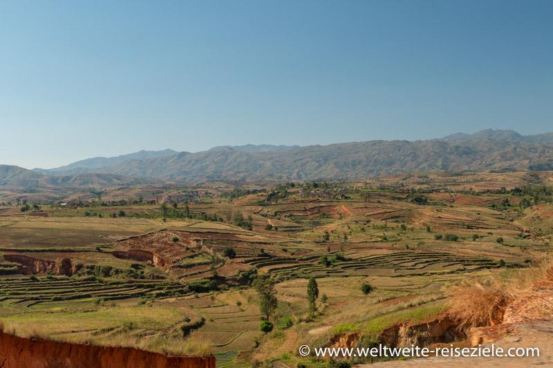 Hügelige Landschaft mit Reisterrassen und Berglandschaft nach Antsirabe