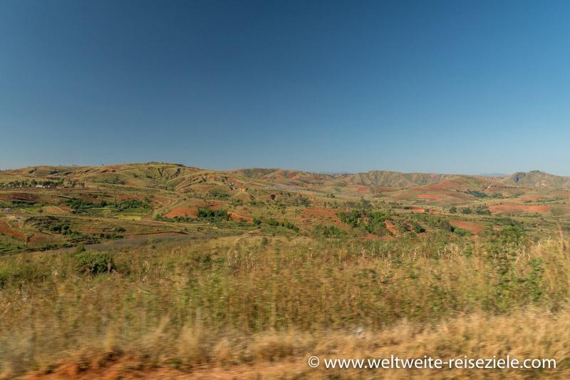 Trockene Hügellandschaft zwischen Antsirabe und Mandoto, Madagaskar Zentrum