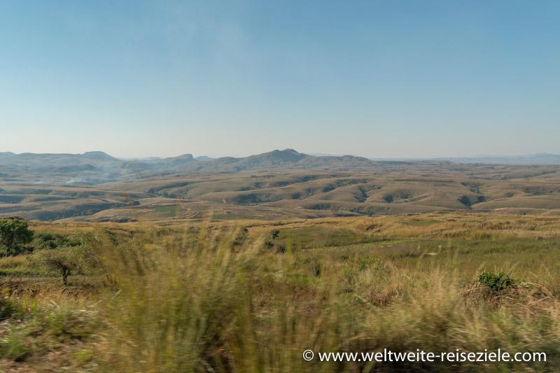 Trockene Graslandschaft im westlichen Zentrum von Madagaskar vor Miandrivazo