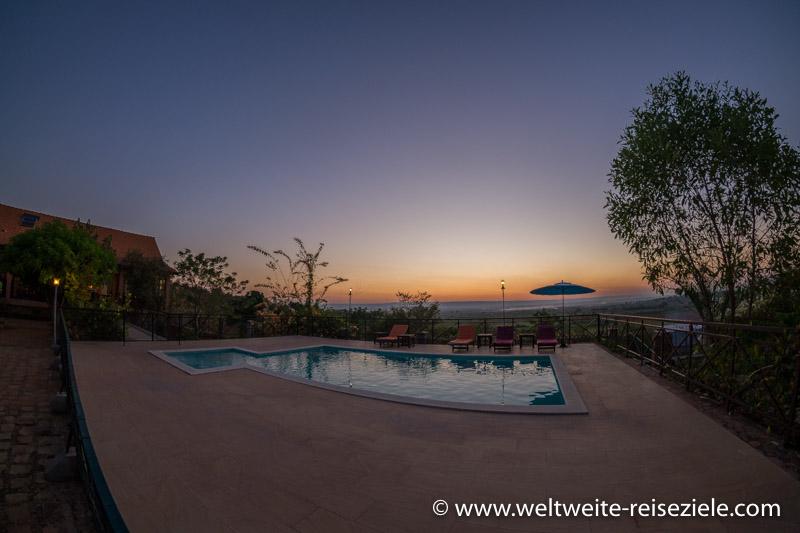 Pool vom Hotel Princesse Tsiribihina im Abendrot