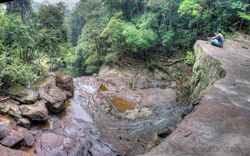 Felsen oberhalb vom Wasserfall in Endau Rompin