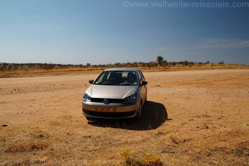 Unser Mietwagen in Namibia, ein Polo schon mitten im Gelände