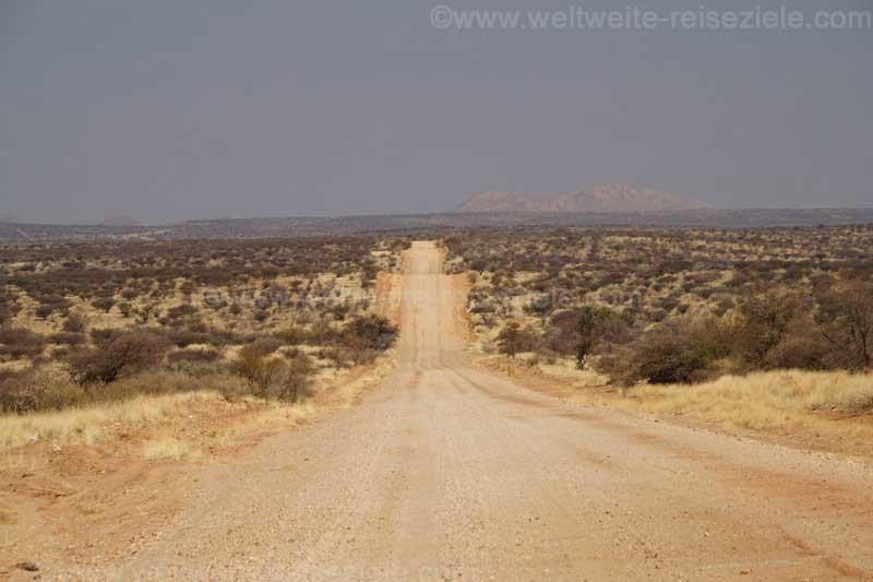 Die unbefestigten Strassen auf Namibia ziehen sich ewig gerade dahin