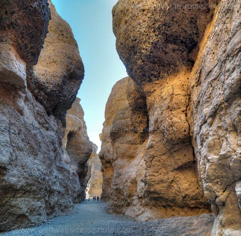 Tiefer Einschnitt in der Wüste, der Sesriem Canyon