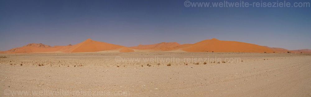 Ebene und rötliche Dünen auf dem Weg von Sesriem nach Sossusvlei