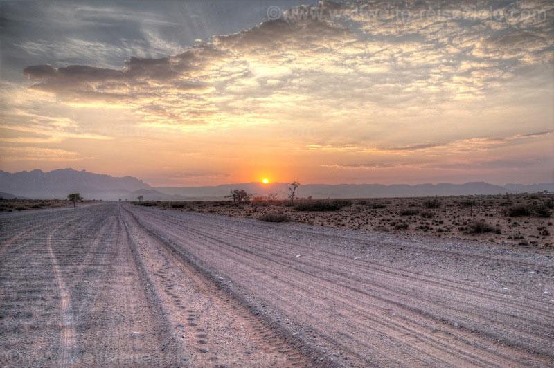 Sonnenaufgang auf dem Weg zum Sossusvlei