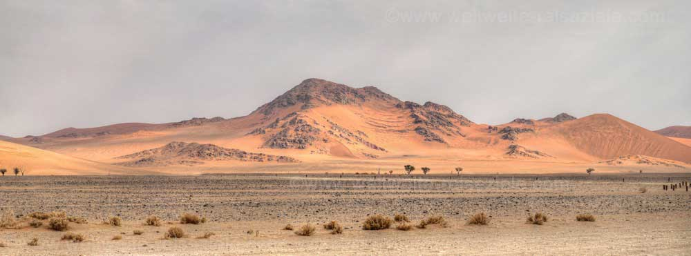 Felsberge und Dünen auf dem Weg von Sossusvlei nach Sesriem