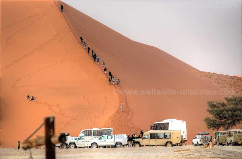 Menschen Schlange an der Düne 45, davor der Parkplatz, Sossusvlei, Namibia