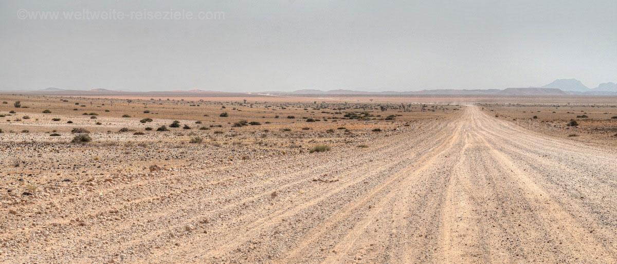 Unendlich scheinende, unbefestigte Strassen in Richtung Walfischbay in der Namib