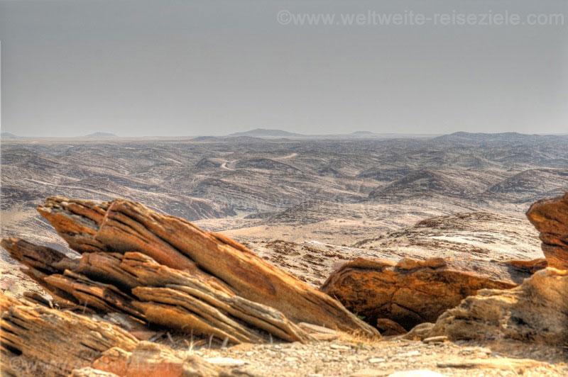 Steinplatten und Strasse im Hintergrund, Kuiseb Canyon Richtung Walfischbay.