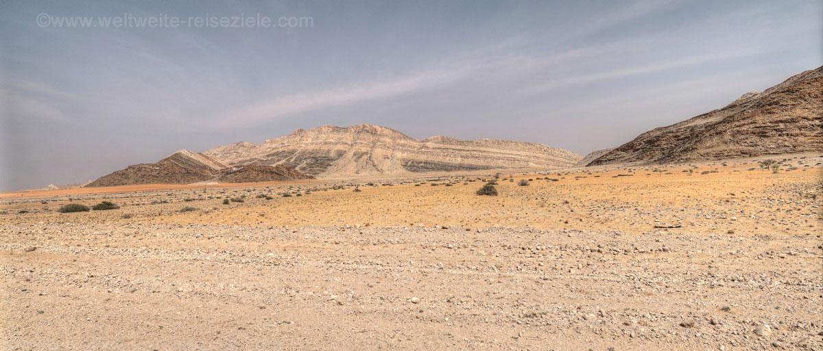 Steinwüste, helle und dunkle Felsberge in der Namib