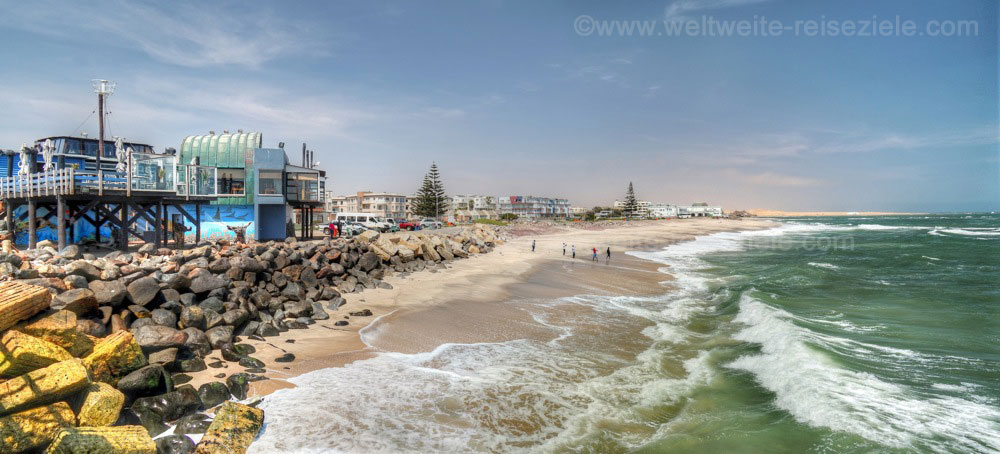 Blick vom Jetty von Swakopmund nach Süden über den Strand und Wüste