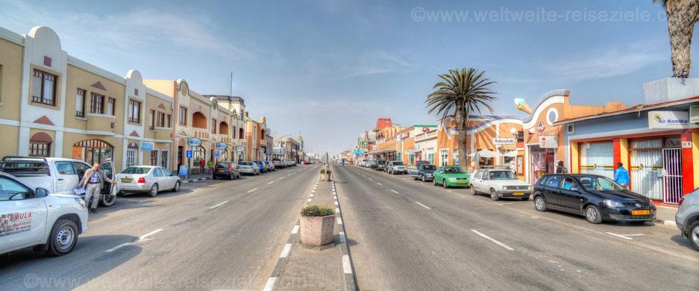 4 spurige Hauptstrasse mit interessanten Gebäuden, Swakopmund