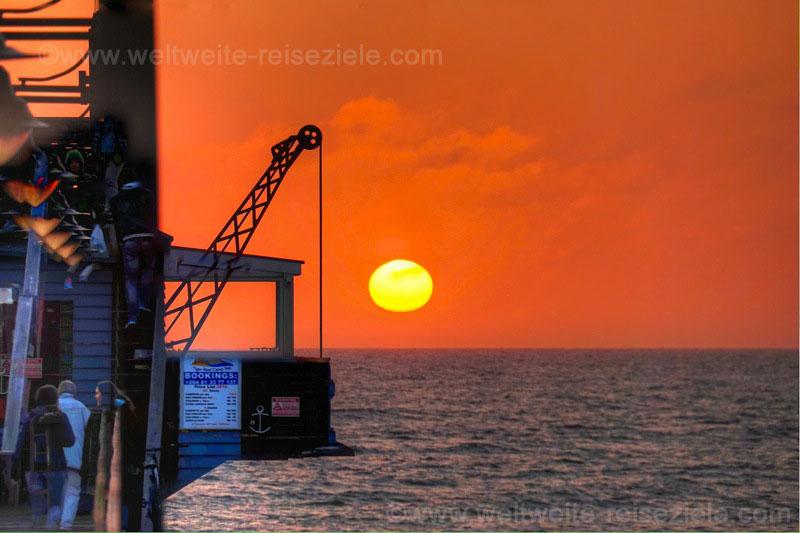 Sonnenuntergang, die Sonne taucht fast ins Meer, Jetty Swakopmund