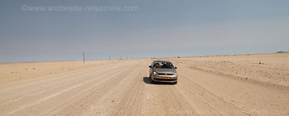Mietwagen Polo auf einer unbefestigten Strasse auf dem Weg von Swakopmund zum Brandberg