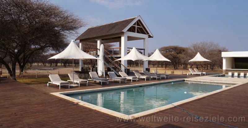 Pool und Aussichtsturm am Wasserloch, Emanya Etosha Lodge, Namiba