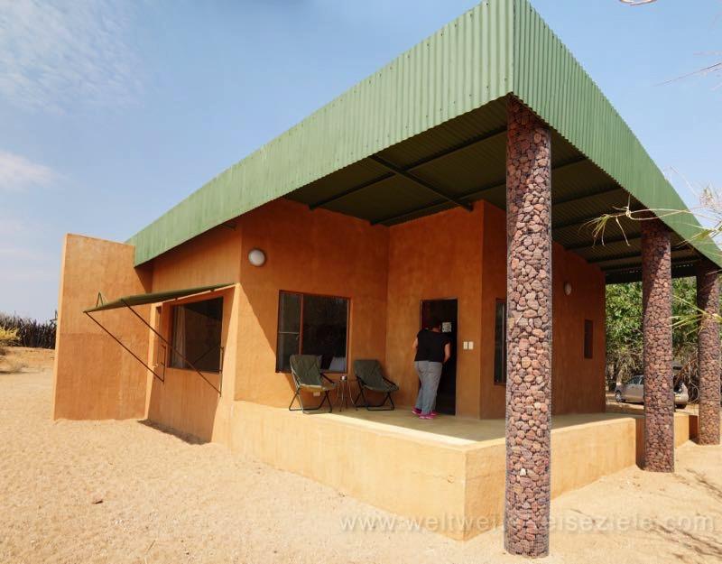 Standart Chalet von aussen, Okonjima Lodge