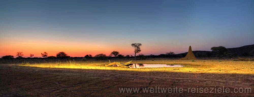 Sonnenuntergang am Wasserloch vor der Terrasse der Okonjima Lodge