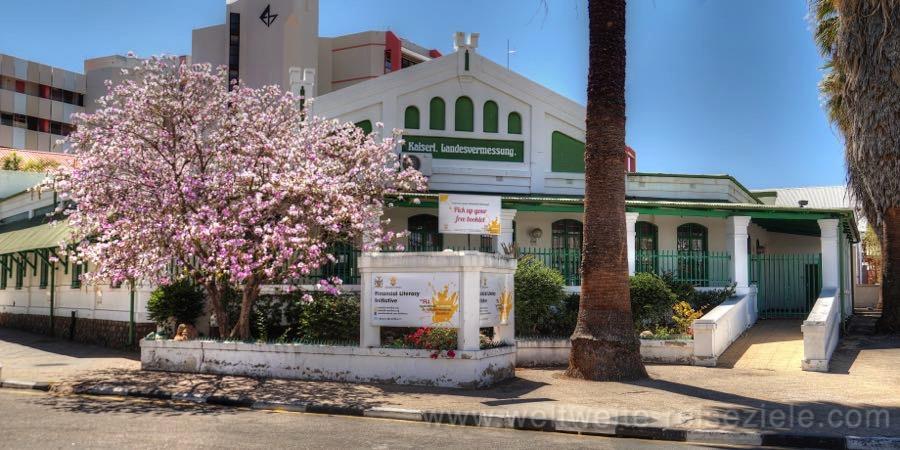 Ehemalige Kaiserliche Landvermessung in Windhoek mit blühendem Baum