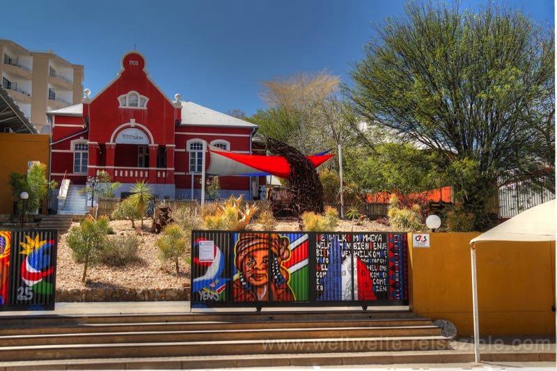 Buntes Haus mit Graffiti im Zentrum von Windhoek