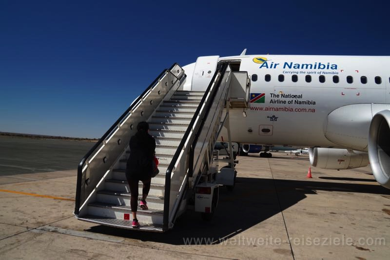 Einsteigen über die Treppe zum Flug mit Air Namibia von Windhoek nach Johannesburg