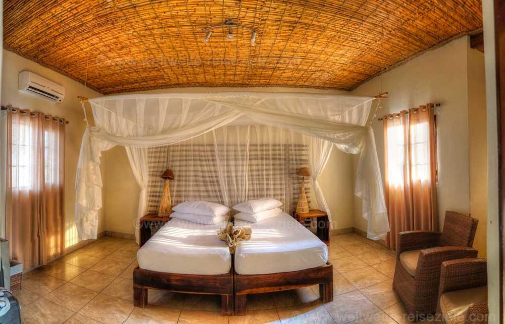 Schlafzimmer mit grossem Bett, Chalet Okaukuejo Camp, Etoscha