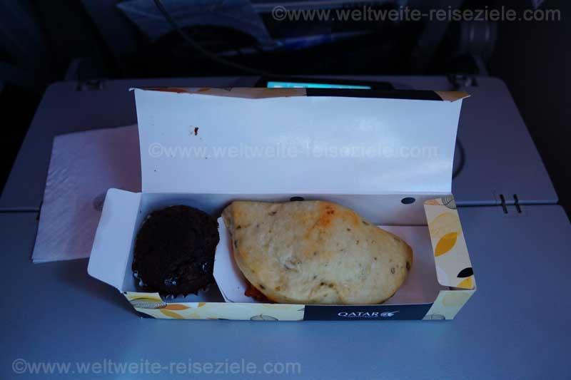 Sandwich und Brownie, zweites Esse Flug Doha Johannesburg mit Qatar