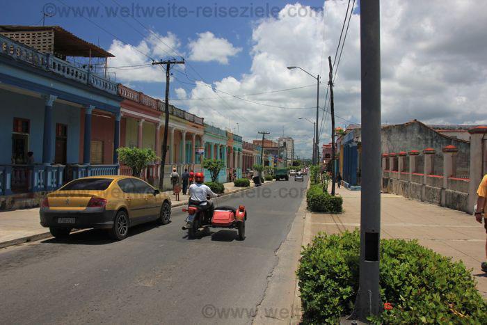 Strasse in Pinar del Rio mit bunten Häusern